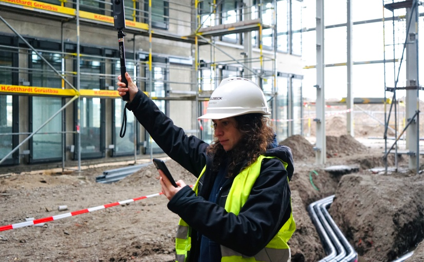 Eine GOLDBECK-Bauleiterin dokumentiert den Bauprozess mithilfe einer 360°-Kamera. - Foto: GOLDBECK