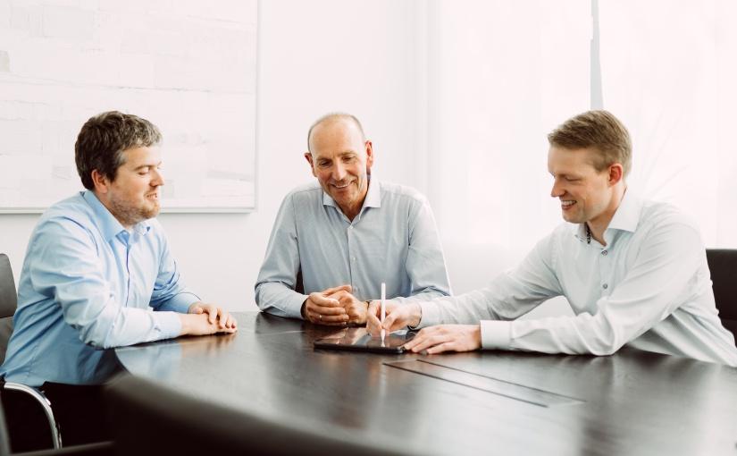 (v.l.n.r.) Sebastian Alberternst, Klemens Jackisch und Gerrit Ernst Geschäftsführer der S&P Steuerberatung Münster, freuen sich über die Auszeichnung als Digitalexperten. Foto: S&P Steuerberatung / Fotograf Hubertus Huvermann