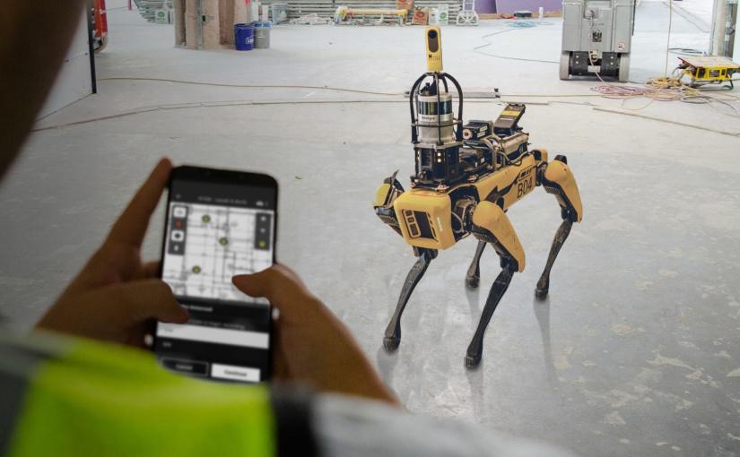 """Auf dem Kopf von SPOT, einem von Boston Dynamics entwickelten """"Robo-Hund"""", können verschiedene Werkezeuge angebracht werden – darunter Laserscanner oder 360°-Kameras. Auf Basis von 360-Grad-Fotos und Künstlicher Intelligenz hat das Team rund um GOLDBECK und HoloBuilder die Idee des intelligenten Assistenten entwickelt, der Gebäudekomponenten und eventuelle Mängel auf der Baustelle erkennt und dokumentiert. - Foto: HoloBuilder"""