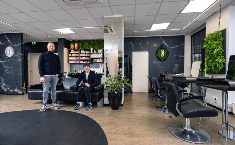 Ulrich und Marc Fürstenberg legen Wert auf bestmöglichen Service und wollen den Kunden, aber auch dem Team mit dem Luftreiniger zusätzliche Sicherheit geben.- Foto: Quellenangabe: Kampmann GmbH & Co. KG