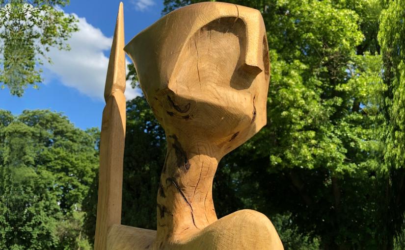 """Kunst in der Natur: Beim Skulpturenwettbewerb stehen die Werke unter freiem Himmel. (hier: die Skulptur """"Wächter"""" von Gerd Müller aus dem Wettbewerb 2019). - Foto: Gauselmann"""