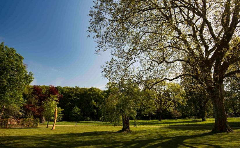 Malerisch: Parkanlagen und Wald von Schloss Benkhausen sind die Kulisse für den Skulpturenwettbewerb. - Foto: Gauselmann