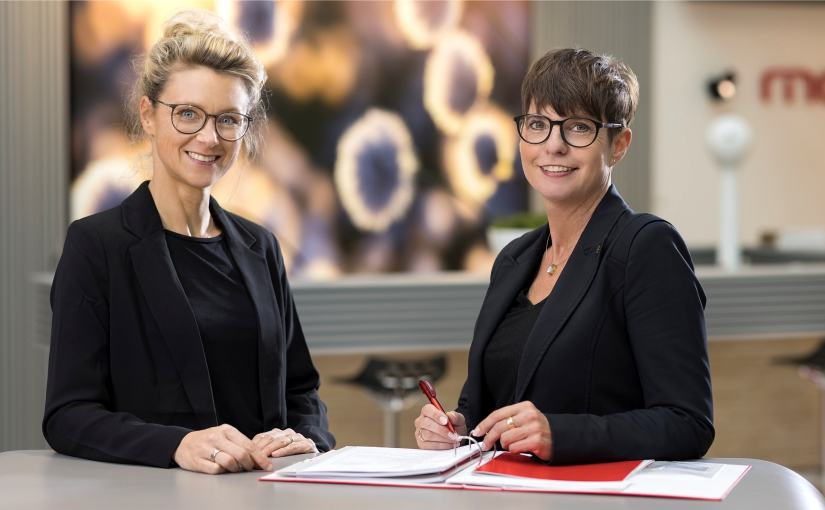 Heike Reinermann (rechts), Personalleiterin bei markilux, ist es wichtig, Auszubildenden Raum zu geben, sich persönlich zu entwickeln. Davon ist auch Nicole Küwen (li) überzeugt. Sie ist stellvertretende Personalleiterin und betreut die Auszubildenden. - Foto: markilux