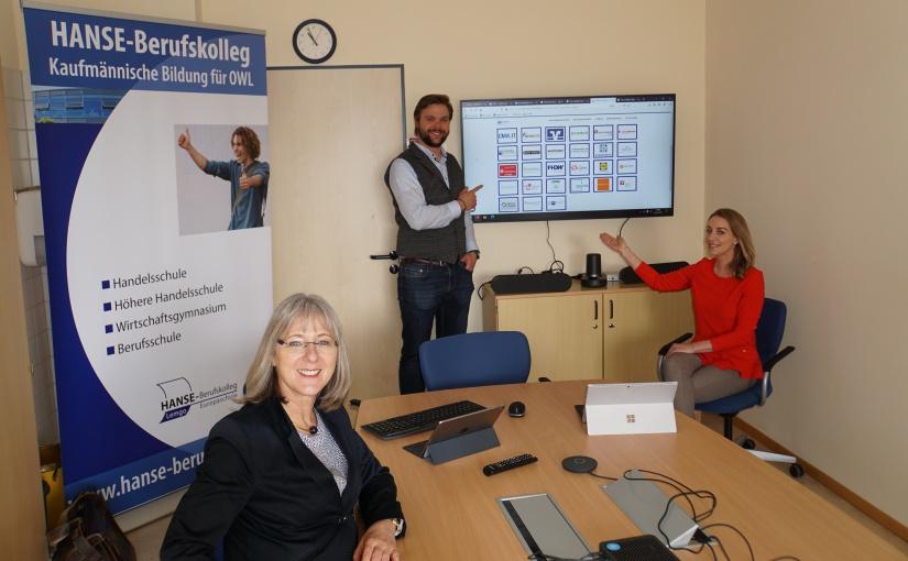 Von l. nach r.: Schulleiterin des HANSE-Berufskollegs Susanne Tietje-Groß, Marcel Mrotzek, Rike Oevermann. - Foto: HANSE Berufskolleg