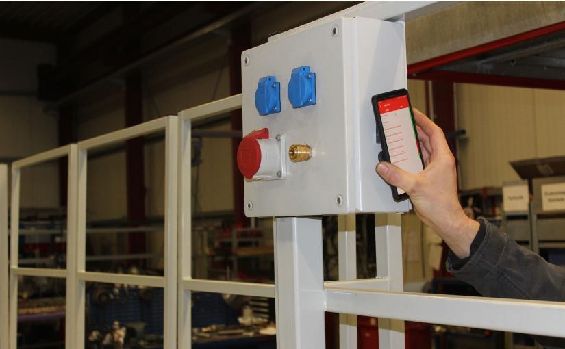 Per NFC Schnittstelle ist sofort erkennbar, welcher Sensor ein Problem meldet. Der Werker erkennt also, welche Tür oder welches Geländer noch einmal überprüft werden muss, bevor die Hebebühne wieder verfahrbar ist. - Foto: BERNSTEIN AG