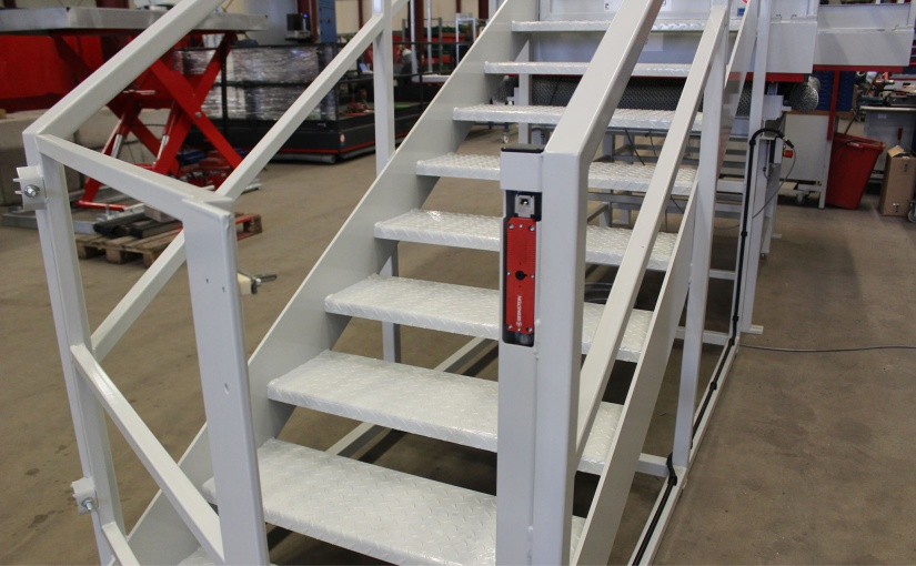 Der Treppenaufgang zur Hubarbeitsbühne ist mit der Sicherheitszuhaltung SLC gesichert. Sobald die Bühne in Bewegung ist, hält der SLC den Zugang geschlossen. - Foto: BERNSTEIN AG