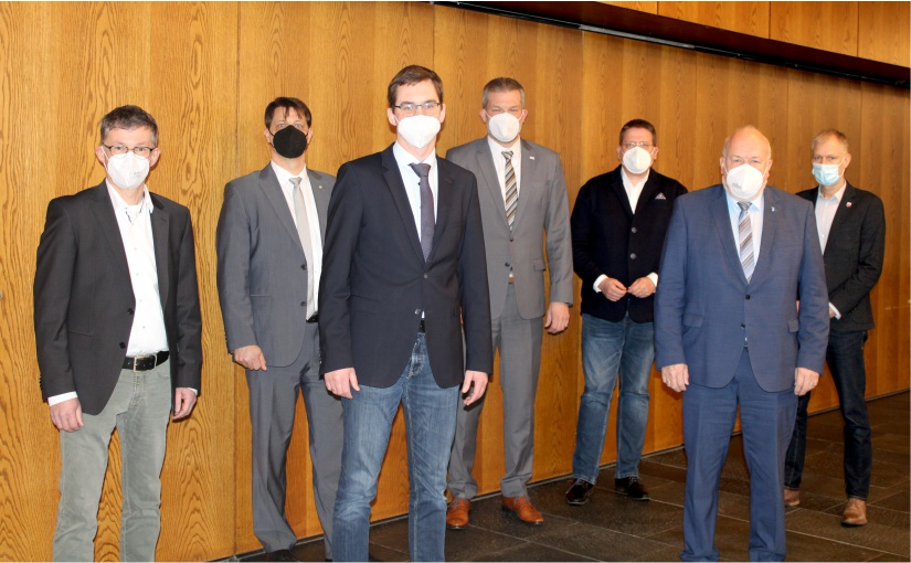 Verbandsspitze und Geschäftsleitung des krz: (v.l.) Bernd Dumcke (Stellv. Vorsitzender des Verwaltungsrates, Bgm Spenge), Martin Kroeger (Stellv. Geschäftsleiter), Matthias Kalkreuter (Vorsitzender der Verbandsversammlung und des Verwaltungsrates, Bgm Lage), Lars Hoppmann (Geschäftsleiter), Kai Abruszat (Stellv. Verbandsvorsteher, Bgm Stemwede), Rüdiger Meier (Verbandsvorsteher, Bgm Kirchlengern), Frank Haberbosch (Stellv. Vorsitzender der Verbandsversammlung). - Foto: krz