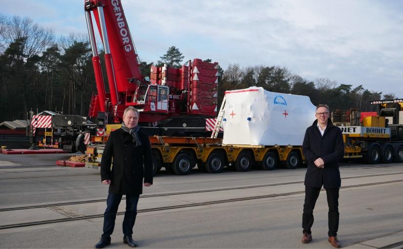 Tonnenschwere Getriebe im Hafen Spelle-Venhaus verladen