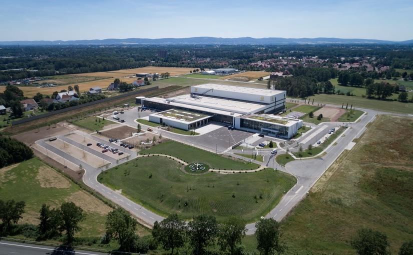 Das Logistikzentrum das European Distribution Center (EDC) wurde im Sommer 2019 offiziell in Betrieb genommen. - Foto: HARTING