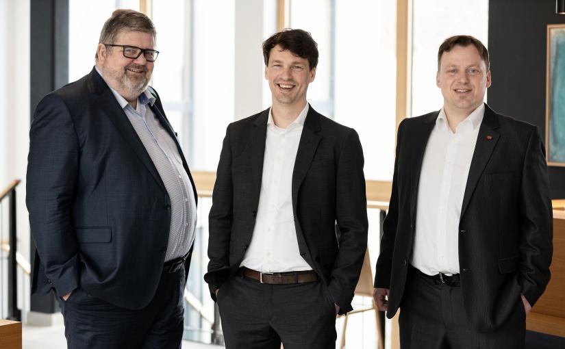 von links nach rechts: Jörn Peter Struck, Vorsitzender der CargoLine-Geschäftsführung | Dr. Tim Brühn, Vorstandsvorsitzender von Cargo Digital World | Bernd Schäflein, Mitglied des Beirats der CargoLine und Aufsichtsratsvorsitzender der Cargo Digital World. - Foto: Frank Elschner / CargoLine