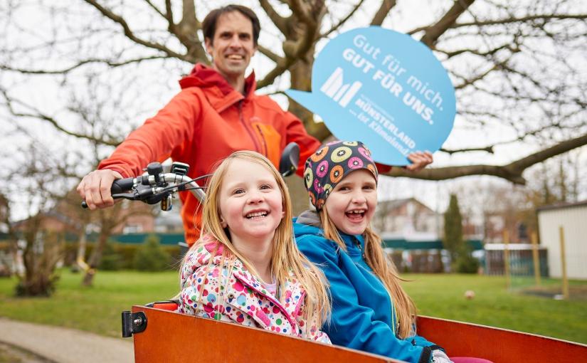 """""""Klimaländer"""" Dirk Kahlmeier aus Oelde fährt gerne seine Töchter Tilda (r.) und Enie mit dem Lastenrad. - Foto: © Münsterland e.V./Philipp Fölting"""