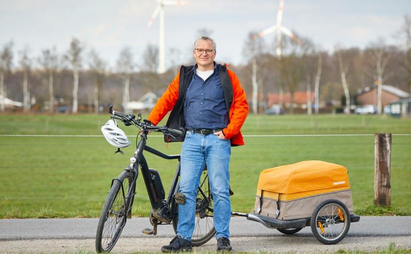 Norbert Gesing aus Rhede fährt Fahrrad und E-Auto. Letzteres tankt er mit Solarstrom. - Foto: © Münsterland e.V./Philipp Fölting