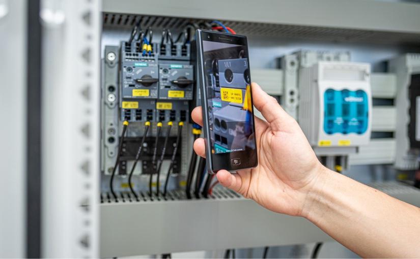 EIP.mobile: Die App zur digitalen Anlagendokumentation im Einsatz. Hier Scannen des QR Codes einer verbauten Komponente. - Foto: Blumenbecker