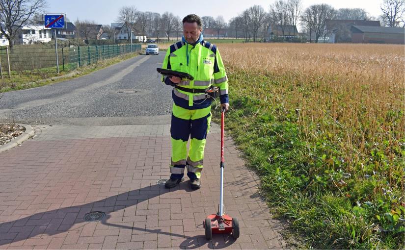 Bei den Gasspürarbeiten legt Dirk Bohmann bis zu zehn Kilometer Fußweg am Tag zurück. - Foto: SWTE Netz