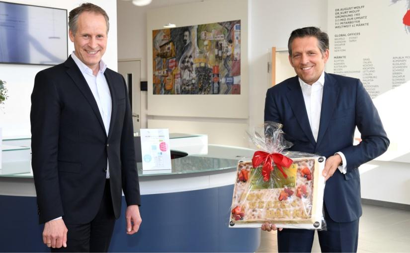 IHC Präsident Eduard R. Dörrenberg (rechts) verabschiedet Jörg-Uwe Goldbeck als Präsidiumsmitglied, der jetzt in den IHC Beirat wechselt. - Foto: Susanne Freitag