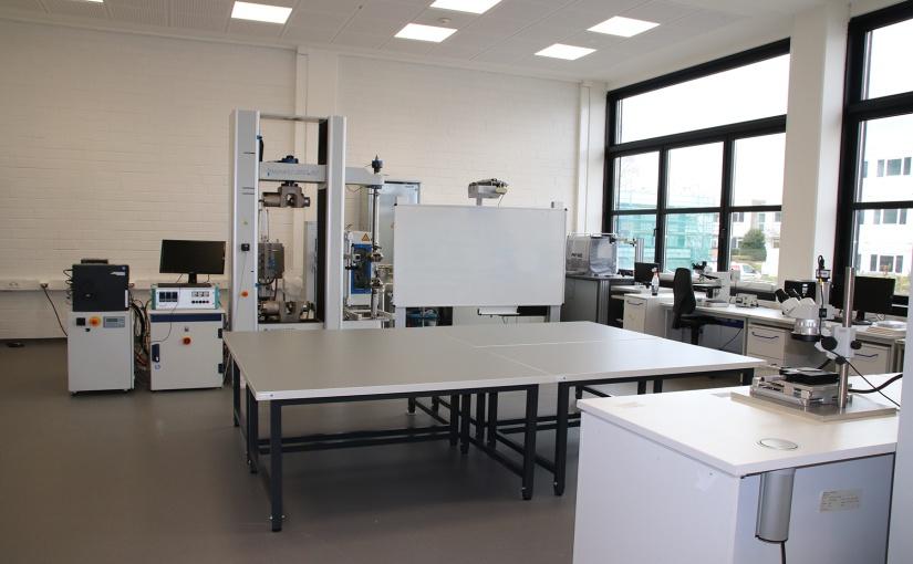 Frisch saniert und größtenteils mit neuem Inventar ausgestattet sind die Labore des Werkstoffprüflabors im Fachbereich Maschinenbau und Mechatronik der TH OWL am Standort Lemgo. - Foto: TH OWL