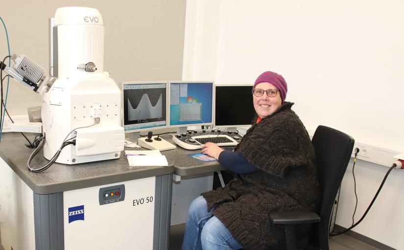 Bilder in einer bis zu 50.000-fachen Vergrößerung liefert das Rasterelektronenmikroskop im Werkstoffprüflabor der TH OWL. Heike Balzer (Labor-Ingenieurin, TH OWL) weiß worauf es bei den Analysen mit dem Gerät ankommt. - Foto: Bildnachweis: TH OWL