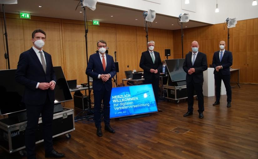 Berichteten live aus dem Studio im Veranstaltungsraum der Volksbank-Zentrale: (v.li.) Ulrich Scheppan, Michael Deitert (Vorstandsvorsitzender), Michael Mersch (Aufsichtsratsvorsitzender), Reinhold Frieling und Thomas Mühlhausen. - Foto: Volksbank BIGT