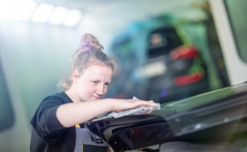 Tabea liebt ihren Beruf und wünscht sich, dass mehr junge Mädchen ihren Interessen abseits von Rollenbildern und Klischees nachgehen. - Foto © Teamfoto Marquardt, Competentia Münsterland