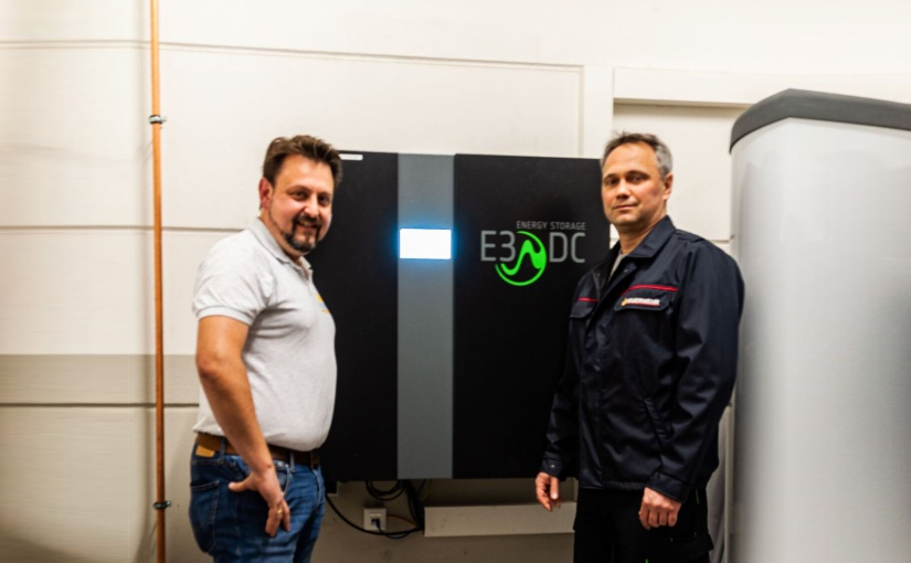E3/DC Partner Manuel Schmid (rechts) und Feuerwehrkommandant Marko Horvath (links) begutachten die neue Energiestation. - Foto: E3/DC, Osnabrück
