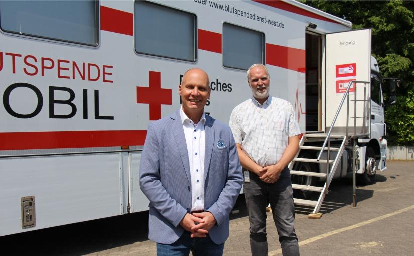 Das DRK war zum Blutspenden vor Ort Buschjost: Geschäftsführer Raymond Kamp (links) und Stephan Kottmann vom DRK. - Foto: Buschjost