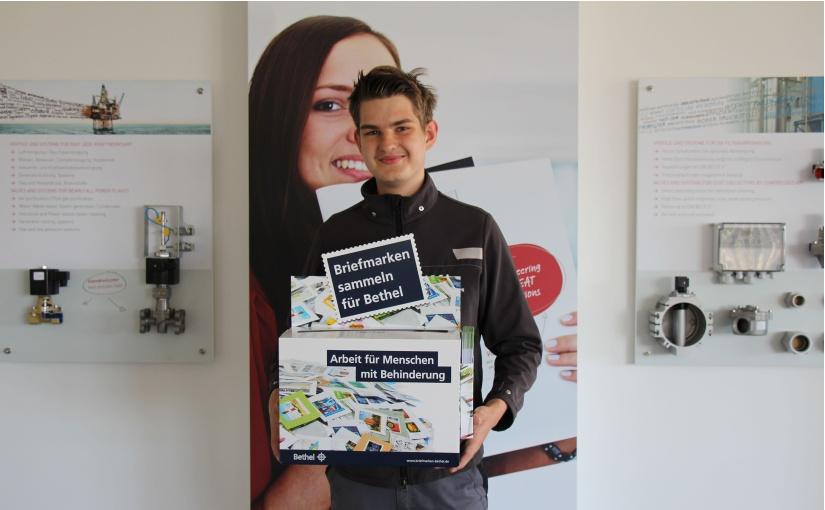Buschjost Mitarbeiter Nils Stuke mit der Briefmarkenbox. - Foto: Buschjost