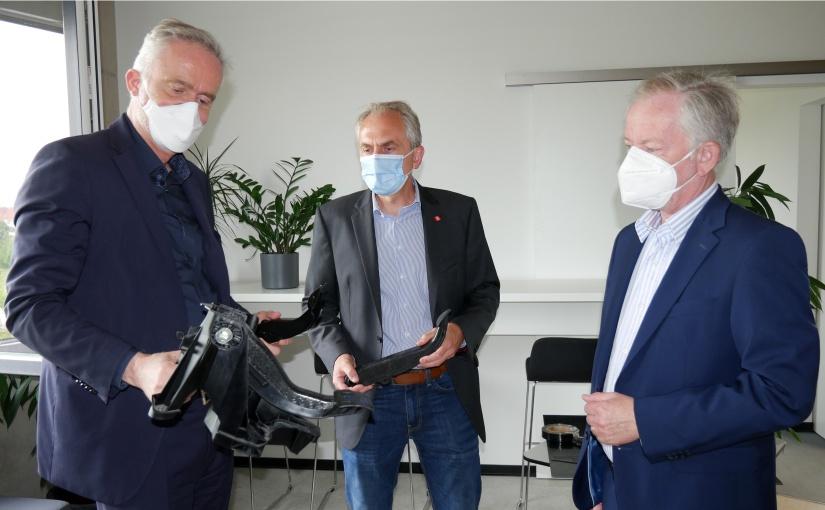 Oberbürgermeister Wolfgang Griesert ließ sich Produktinnovationen von Dr. Stefan Loheide und BOGE-CEO Dr. Torsten Bremer zeigen (v.l.n.r.). - Foto: WFO / Ingmar Bojes