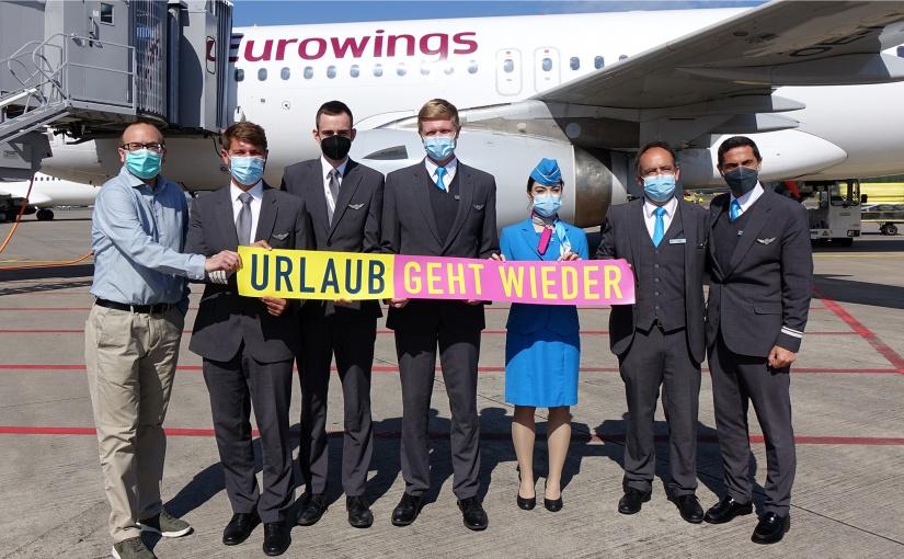 Die Crew des Eurowings-Erstfluges vom FMO nach Mallorca um Kapitän Erik Meidel (2.vl) wurde auf dem Vorfeld von Mathias Richter (l.)vom FMO-Marketing begrüßt. - Foto: FMO