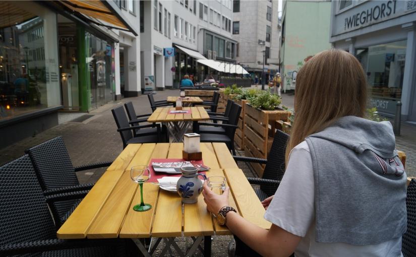 An der Ritterstraße haben die anliegenden Gastronomen bereits ihre Tische auf die freigewordenen Parkplätze gestellt und mit Paletten zur Fahrbahn abgetrennt. - Foto: Bielefeld Marketing