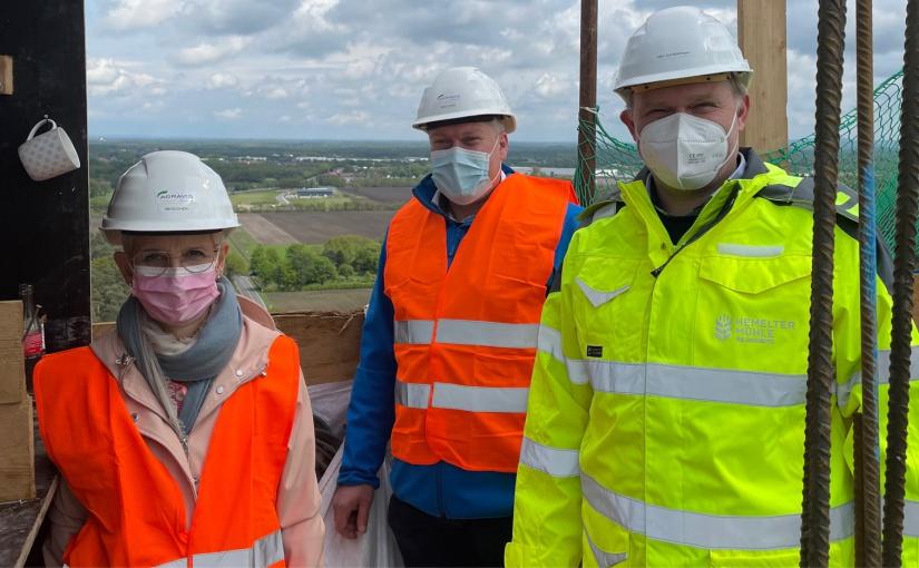 In über 70 Metern Höhe informiert Jan Cordesmeyer (rechts) Samtgemeindebürgermeisterin Maria Lindemann und Bürgermeister Andreas Wenninghoff (von links) über den Baufortschritt des neuen Siloturms. - Foto: Samtgemeinde Spelle