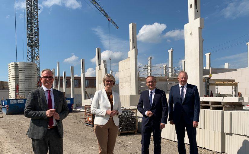 Bundesbildungsministerin Anja Karliczek auf der Baustelle des neuen Bildungscenters in Rheine.